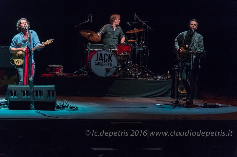 Jack Savoretti alla chitarra, Jesper Lind alla batteria,John Bird al basso