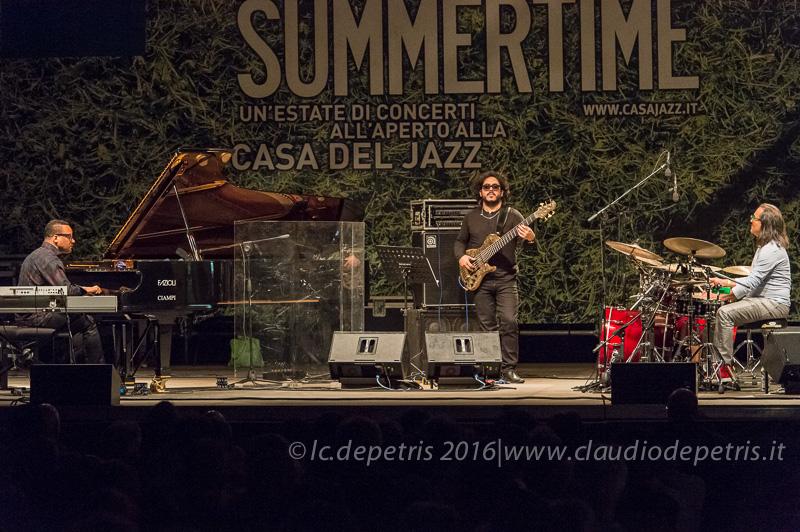 """Gonzalo Rubalcaba al piano, Armando Gola al basso, Horacio """"El Negro"""" Hernandez alla batteria"""