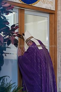 Papa Francesco apre la Porta Santa all'Ostello Diocesano della Carità, 18/12/2015
