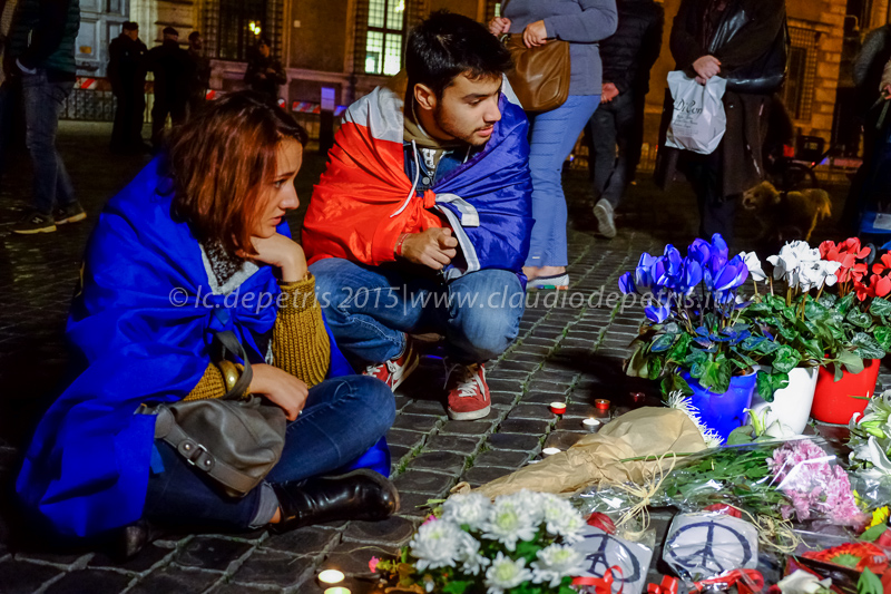 Fiori davanti all'Ambasciata francese a Roma, dopo gli attacchi terroristici a Parigi, 14/11/2015