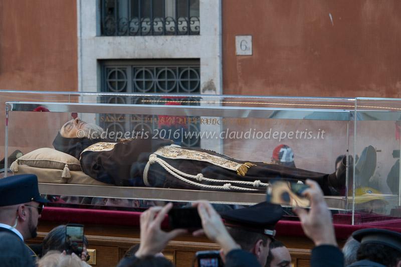 I resti di San Pio e San Leopoldo Mandic in processione a San Pietro, 5/2/2016