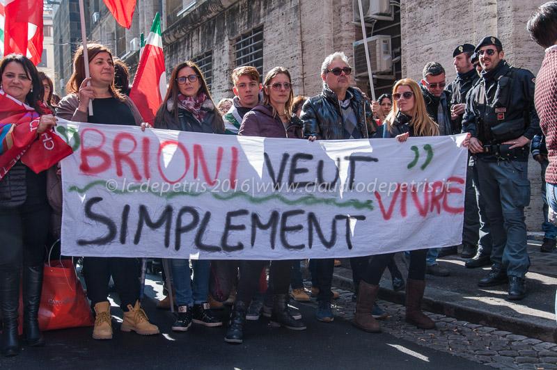Lavoratori del settore tessile protestano davanti al Ministero dello Sviluppo Economico 16/3/2016