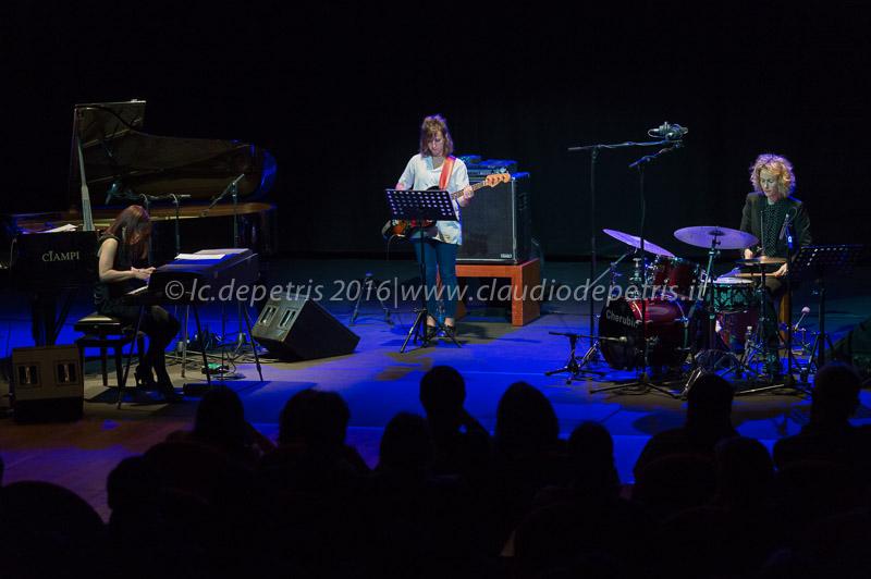 Chihiro Yamanaka piano, Dana Roth basso, Karen Teperberg batteria
