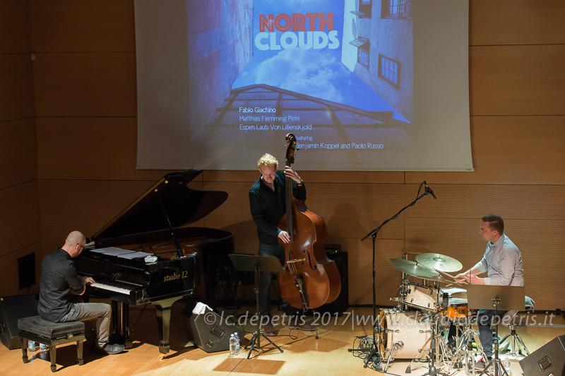 Fabio Giachino al piano, Matthias Flemming Petri al contrabbasso e Espen Laub Von Lilliensskjold alla batteria