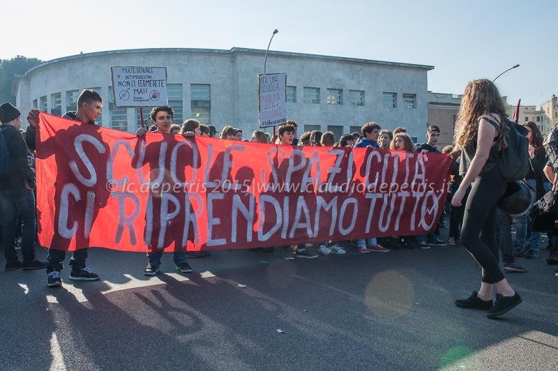 """Manifestazione degli studenti contro la legge sulla """"Buona Scuola"""" del governo Renzi, 13/11/2015"""