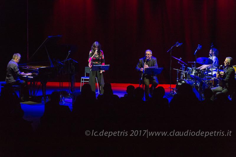 Hub Warren al piano (S), Maria Pia De Vito, Gabriele Mirabassi al clarinetto, Roberto Rossi alla batteria e Roberto Taufic alla chitarra