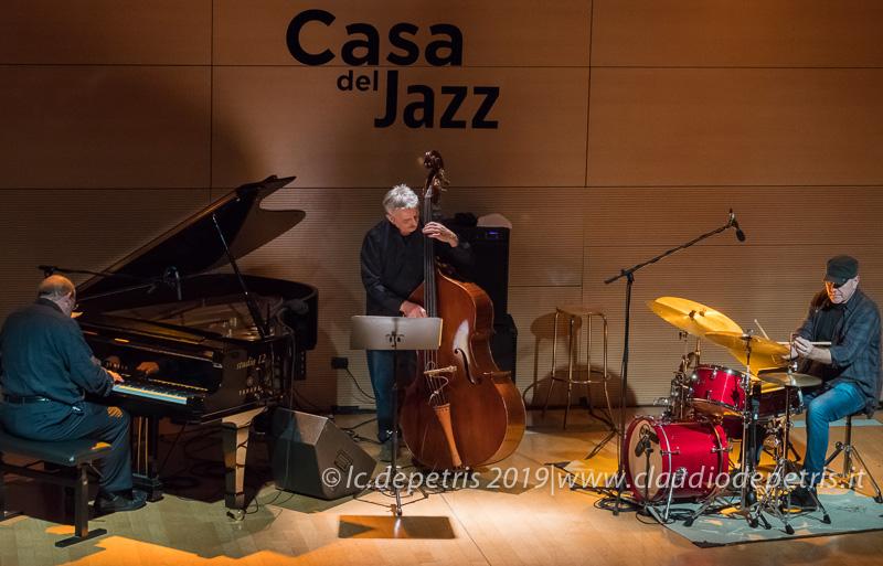 Francesco Maccianti al piano, Ares Tavolazzi al contrabbasso, Roberto Gatto alla batteria